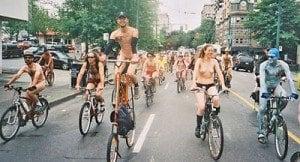 Nudi in bicicletta per difendere l'ambiente