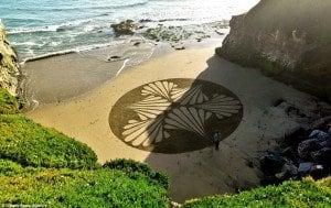 Foglia decorata su spiaggia